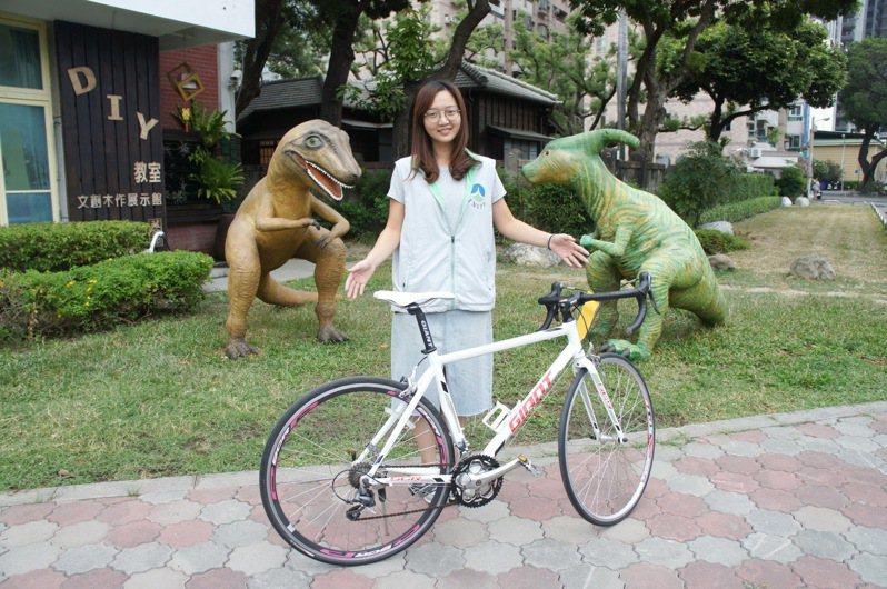 台南市環保局藏金閣10月份第2次拍賣會,推出GIANT SCR極速競賽車型運動單車。圖/南市環保局提供