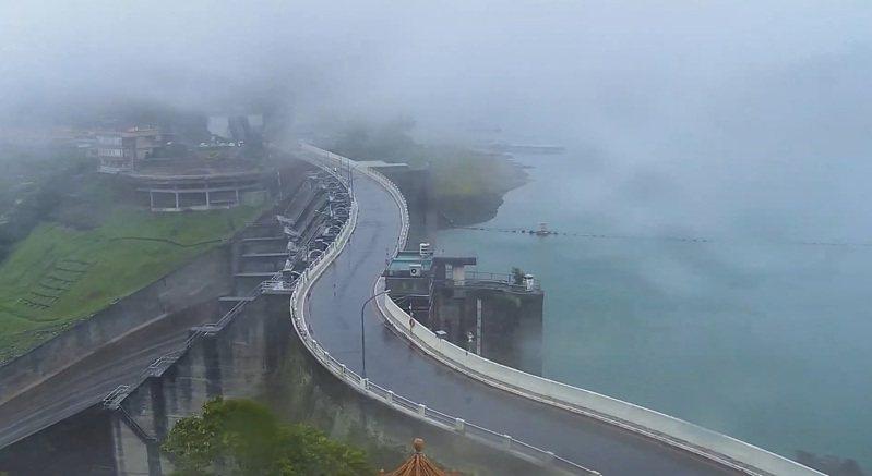 石門水庫壩頂昨晚到今天下午難得都是煙雨濛濛的天氣,有利降雨和人工增雨。圖/桃園市觀旅局即時影像