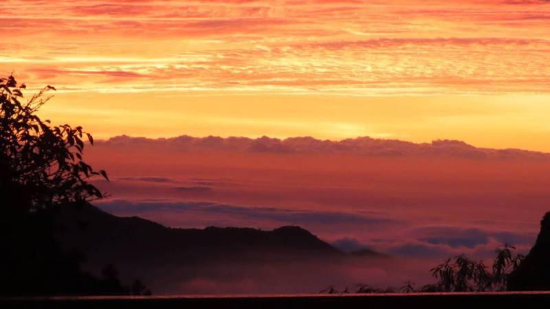 受東北季風及颱風外圍共伴效應影響,海拔逾2千公尺的嘉義縣阿里山出現大景,生態觀察家暨攝影師蘇家弘拍下夕照、雲海及彩霞同時出現的夢幻美景。圖/蘇家弘提供