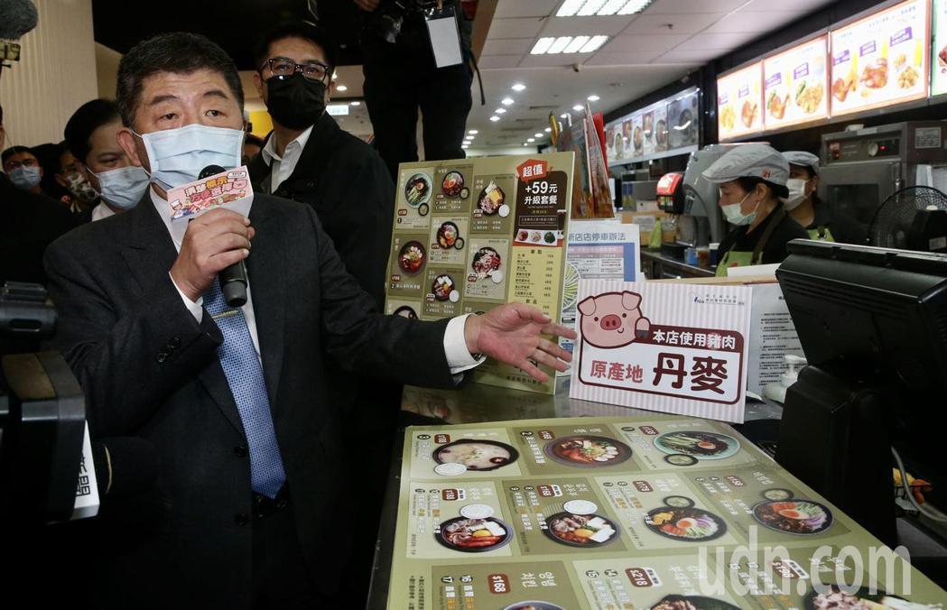 衞福部長陳時中,中午前往家樂福視察「豬肉產地標示」商家的標示狀況。記者黃義書/攝...