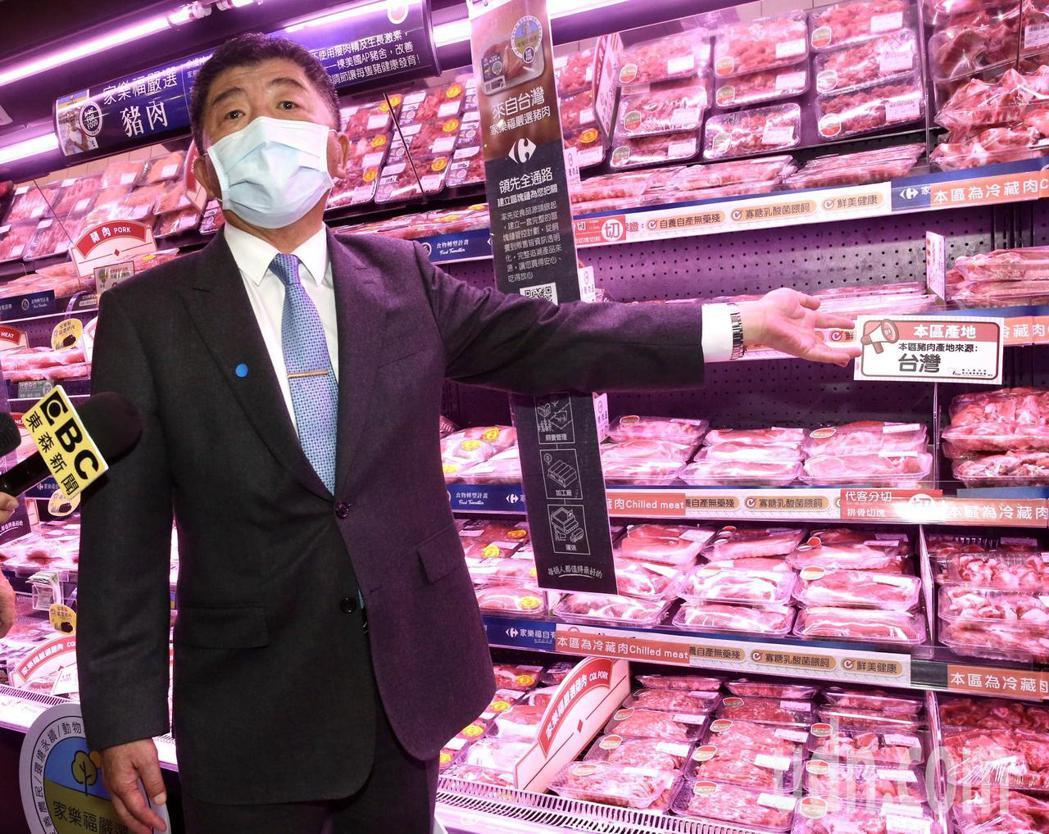 衞福部長陳時中,中午前往家樂福視察「豬肉產地標示」狀況。記者黃義書/攝影