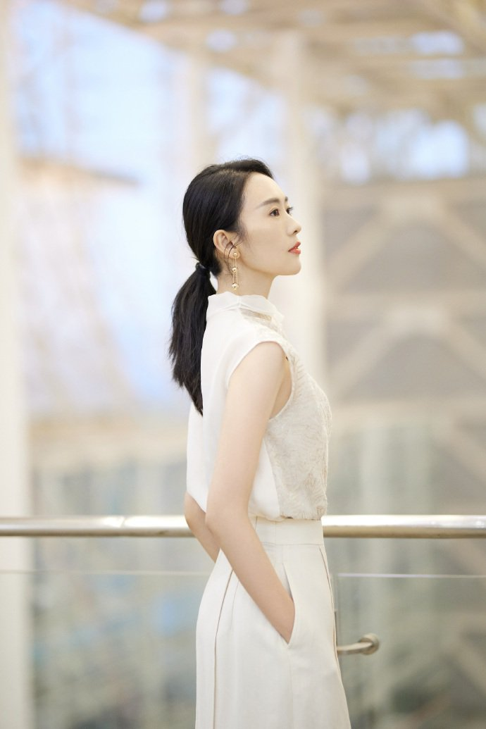 童瑶穿BRUNELLO CUCINELLI裙裝搭配Tiffany & Co.珠寶...