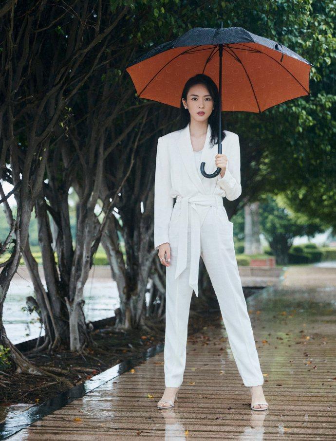 童謠身穿IRO Paris的白色西服褲裝,雅致又帥氣。圖/取自微博