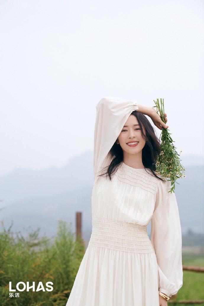 童瑶拍攝大陸版「LOHAS」雜誌身穿白色裙裝,展現原野仙子的清新。圖/取自微博