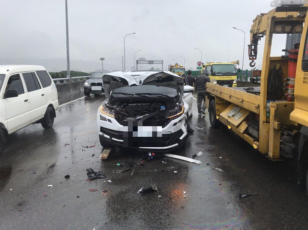新北市台65線快速道路路面出現散落物,板橋警分局兩名員警獲報前往清理後,準備駕車...