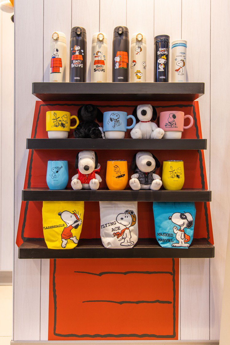 「7-ELEVEN X SNOOPY史努比聯名店」2號店牆面上的紅色狗屋場景,擺...
