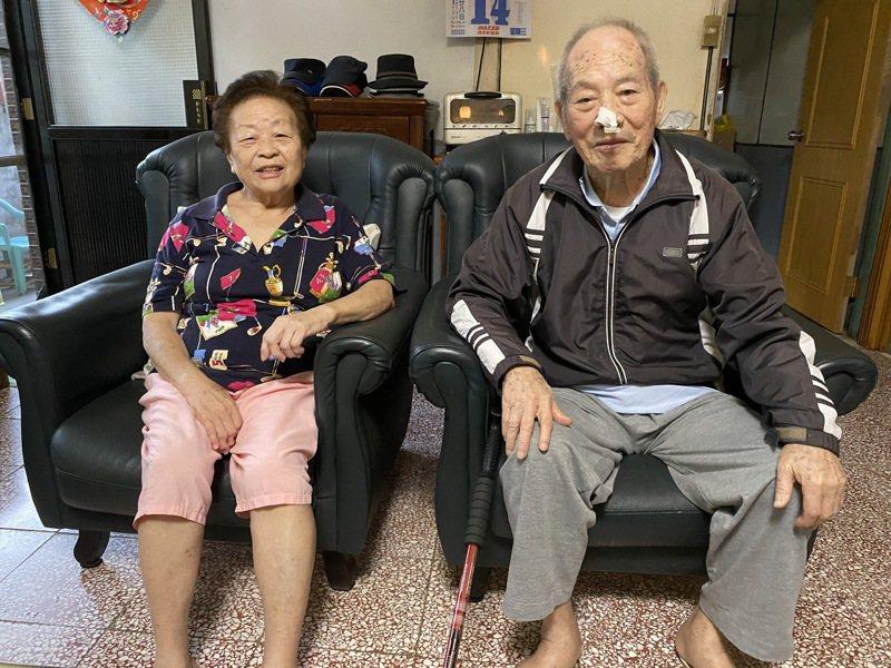 91歲林慶雨(右)被稱為「黑金剛爺爺」,與同在農試所工作的黃碧霞(左)結婚。記者魏莨伊/攝影