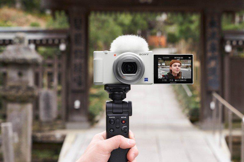 凡於2021年2月21日前購買Sony ZV-1晨曦白系列商品,除了隨附施華洛世奇水鑽皮革手腕帶乙只,還能得到NP-BX1電池或SF-E64記憶卡等實用配件。圖/Sony提供