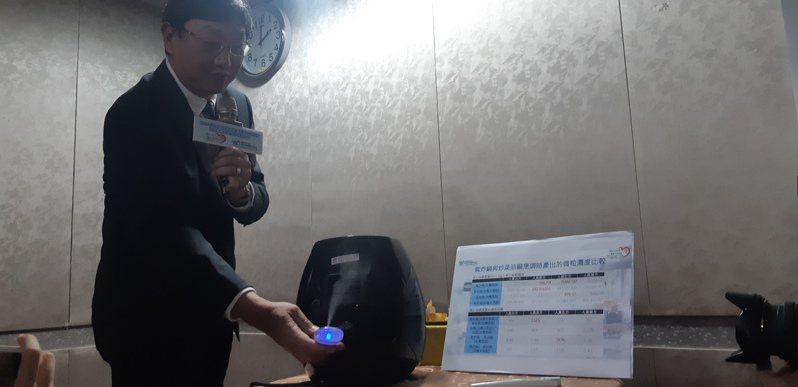 長榮大學職業暨環境與食品安全研究中心主任張振平以霧化器呈現氣炸鍋後方排氣孔會把空氣往上噴。記者邱宜君/攝影