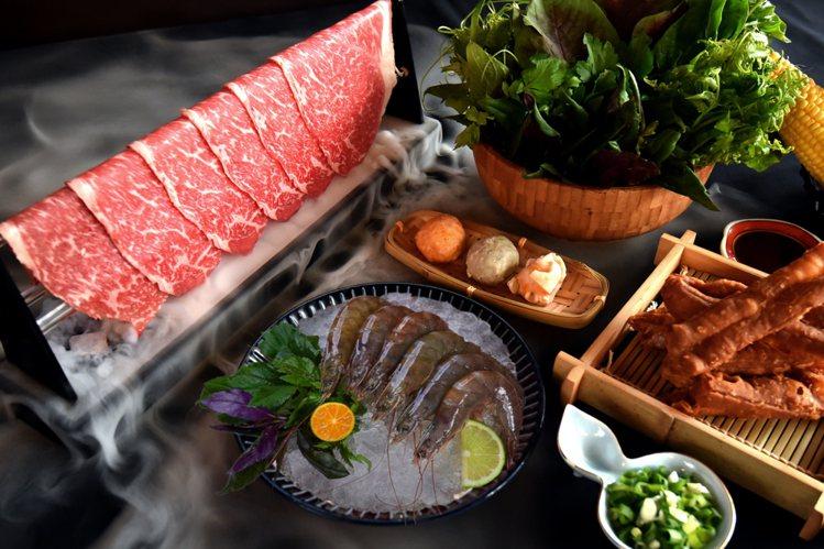 夏部火鍋備有花東契作野菜、以及網美最愛的乾冰和牛。圖/夏部火鍋提供
