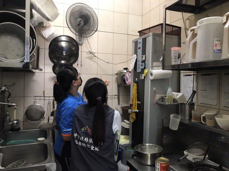 台中市食品藥物安全處今天接獲南區某早餐店遭投訴餐點有衛生紙一案,火速到現場加強環境衛生稽查。圖/台中市食安處提供