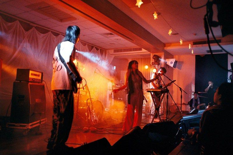 2017年在音樂祭拍攝的暴女系樂團--「白目樂隊」,初次在台灣現場聽到女聲如此挑釁,我發現自己的快門停不下來。 圖/林予晞