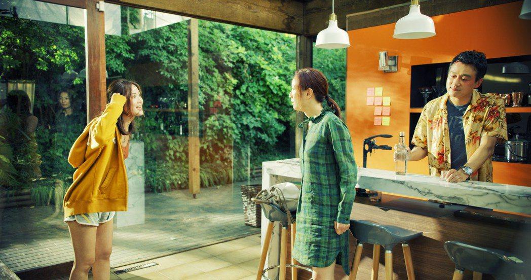 蔡卓妍(左)和鄭秀文(中)戲裡閨蜜吵翻天。圖/華映提供