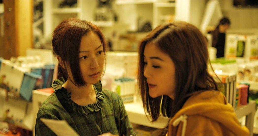 蔡卓妍(右)和鄭秀文(左)戲裡閨蜜吵翻天。圖/華映提供