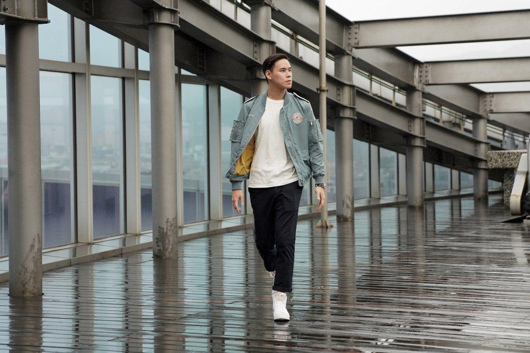 星宇航空邀請制服設計師林尹培袞操刀,推出A321neo飛行夾克。(星宇提供)