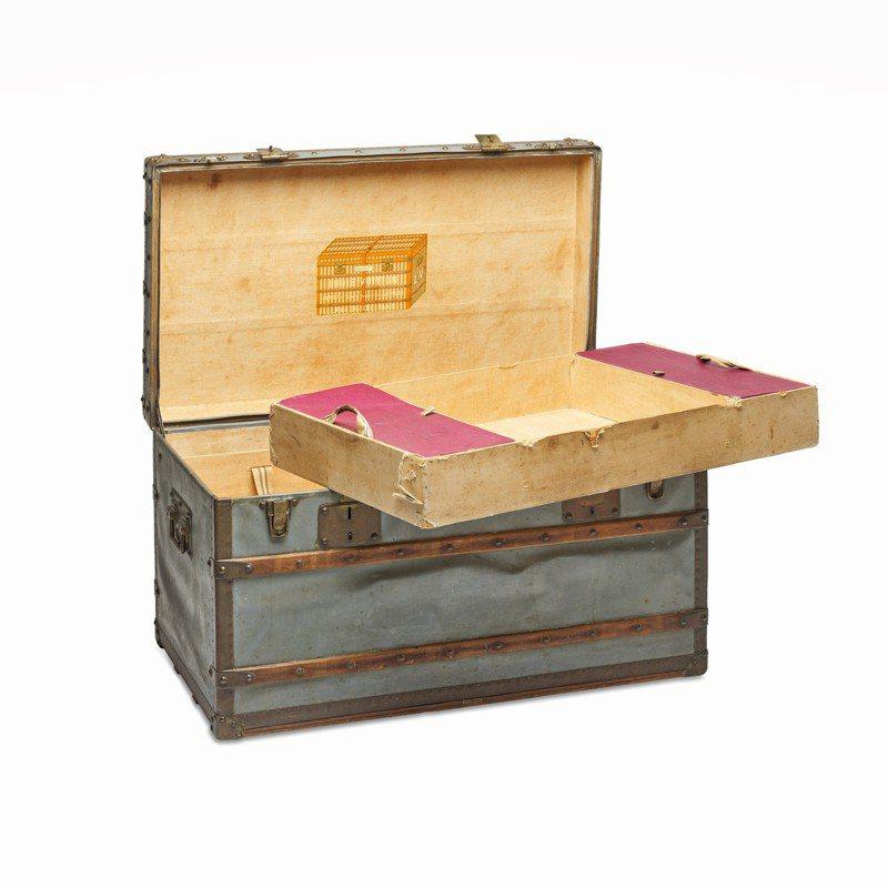 罕見鋅製路易威登EXPLORER行李箱,1886年,估價30萬港元起。圖/佳士得提供