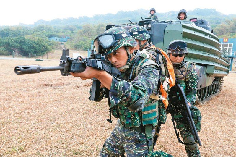 依據國防部公布數字,國軍志願役人員總數,距離先前宣稱的「有效戰力」,還有近三萬缺口。圖/聯合報系資料照片