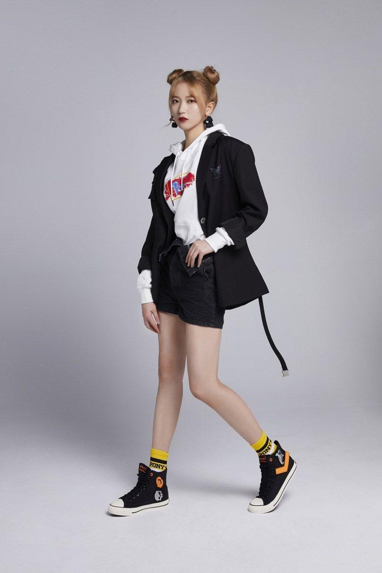 品牌大使吳哲晗詮釋萬聖節SHOOTER帆布鞋2,380元。圖/PONY提供