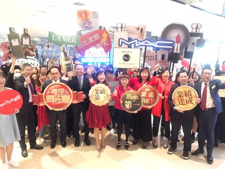 遠東百貨總經理徐雪芳(右五)率領團隊為周年慶首日打氣造勢。圖/遠百提供