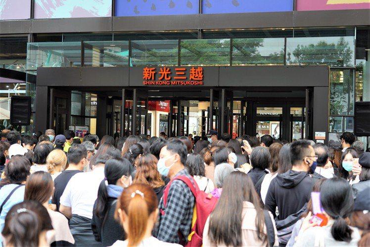 新光三越台北信義新天地首日來客數超過23萬人次,業績突破10億。圖/新光三越提供