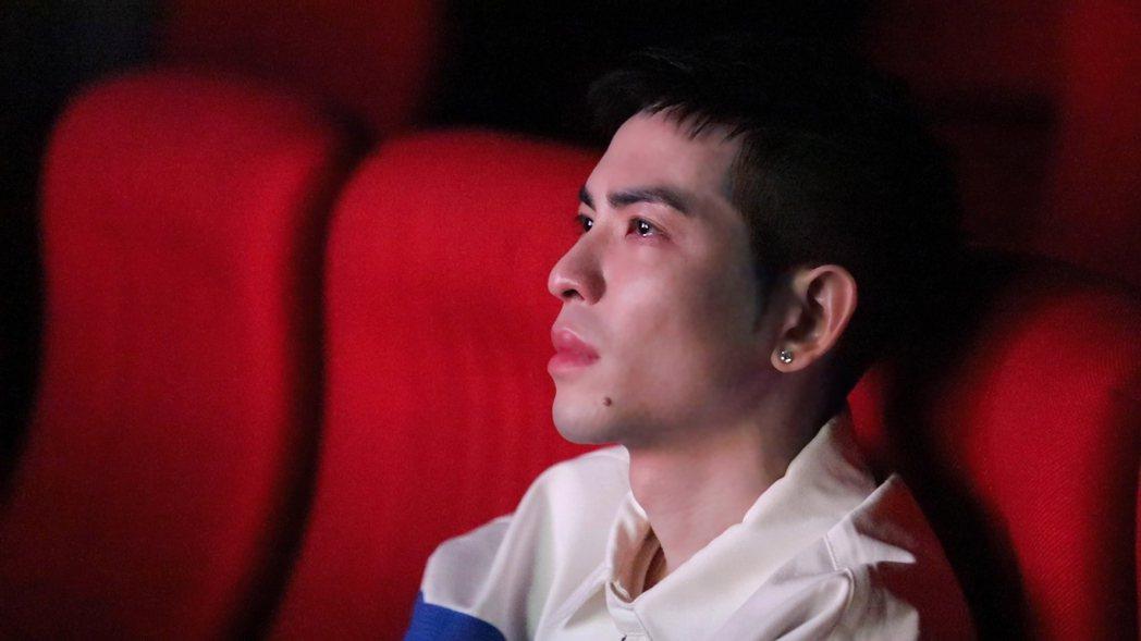 老蕭看完兩部紀錄片後深受感動。圖/向上科技教育基金會提供