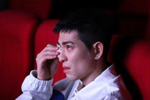 金馬導演楊力州發想、監製「怪咖系列」紀錄片22日舉辦試映會,金曲歌王蕭敬騰(老蕭)為紀錄片獻聲旁白,他搶先看片,被「動保蝙蝠俠」、「非法母親」2部深深感動,哭到泣不成聲,其中「非法母親」裡有兩位女性...
