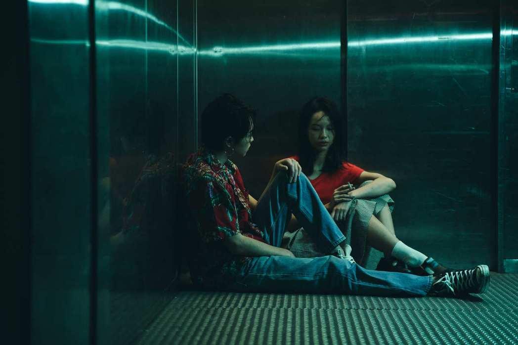許含光(左)在新歌「安森Girl」MV,與女主角有不少親密互動。圖/好多音樂提供