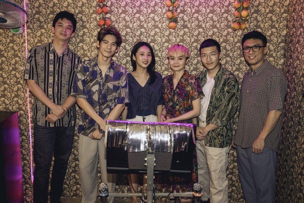 林柏宏(左2起)和李沐與樂團開心大合照。圖/青虫aoi提供