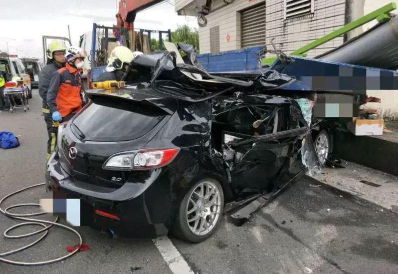 今年3月宜蘭縣五結鄉濱海公路,發生轎車撞路邊貨車,造成2死1命危悲劇,警方追查車禍起因為行車糾紛,雙方相互逼車。圖/宜蘭縣消防局提供