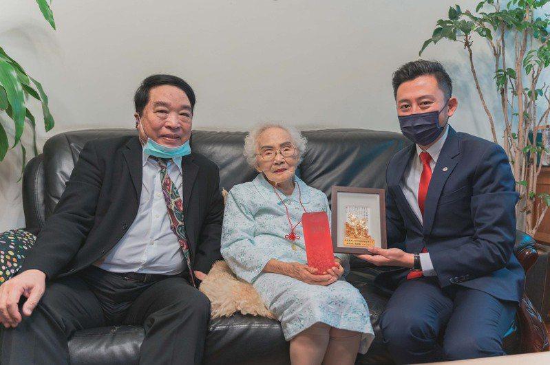 新竹市長林智堅(右)昨訪視104歲人瑞李佳音。圖/新竹市政府提供