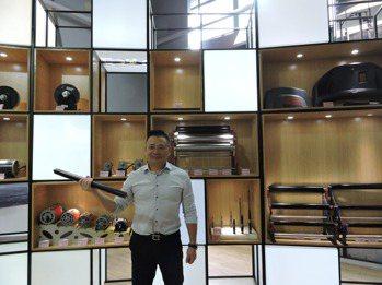 喬山健身器材(上海)公司總經理李永楷展示自家健身器材的零組件,強調不會被美國斷貨...