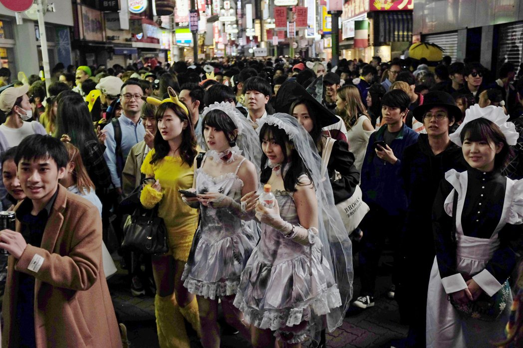 東京澀谷街頭去年萬聖節擠滿變裝群眾,今年疫情當前,同樣景象可能將不復見。美聯社