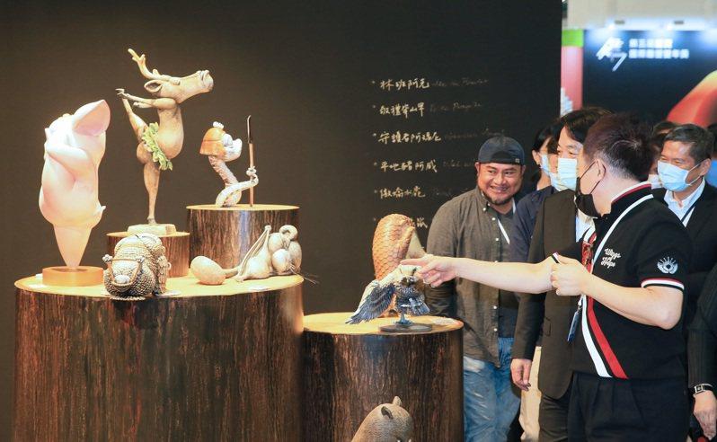 副總統賴清德(右三)昨參觀台北國際藝術博覽會,觀賞展場藝術品。記者潘俊宏/攝影