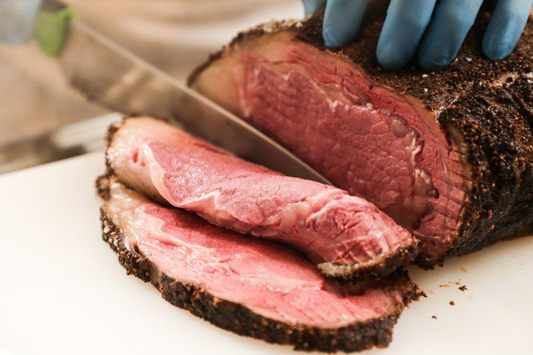 現場將由台北晶華酒店主廚切下一片片爐烤肋眼牛肉,淋上醬汁,與蔬菜一起夾入「「爐烤...
