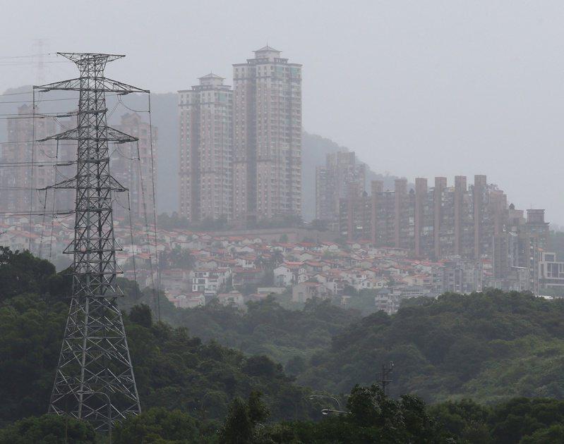 東北風也帶來中國東岸顯著的大批空氣汙染物,目前已經登陸北台灣,大台北地區上午天空一片灰濛濛。 記者林澔一/攝影
