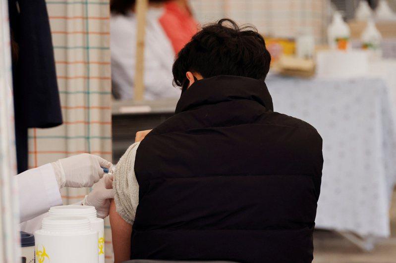 韓國近日發生多宗接種流感疫苗死亡事件,引起關注。圖為施打疫苗示意圖。路透社