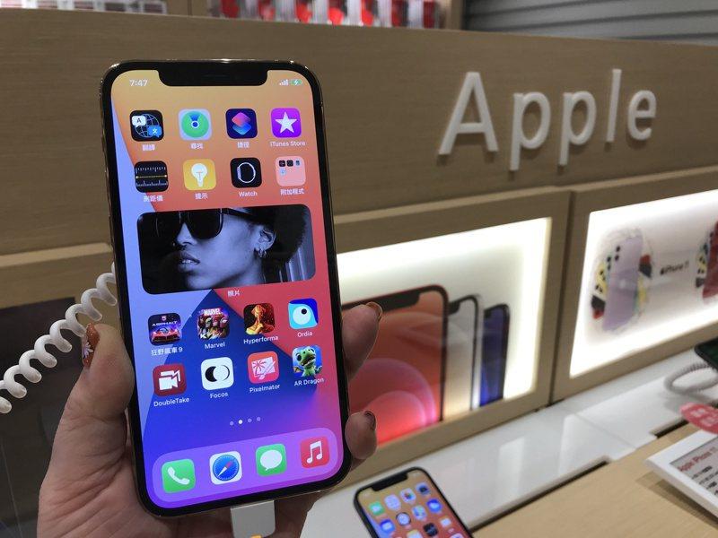 果粉期待的iPhone 12、iPhone 12 Pro今天正式登台開賣。記者陳立儀/攝影