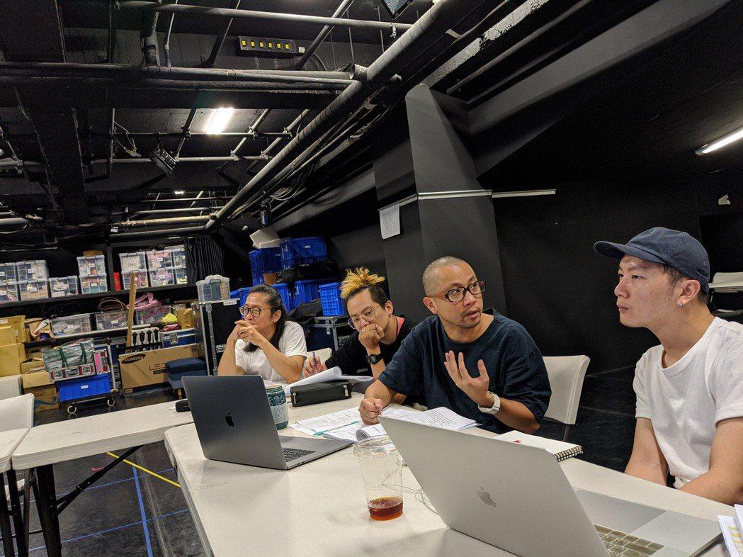 《我們與惡的距離》舞台設計會議,右二為故事工廠藝術總監黃致凱。 圖/黃致凱提供