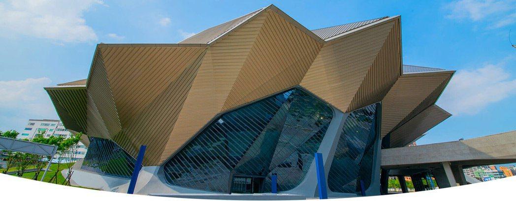 日前南港台北流行音樂中心正式開幕,彷彿太空艙的貝殼造充滿酷炫感,未來也將成為各藝...
