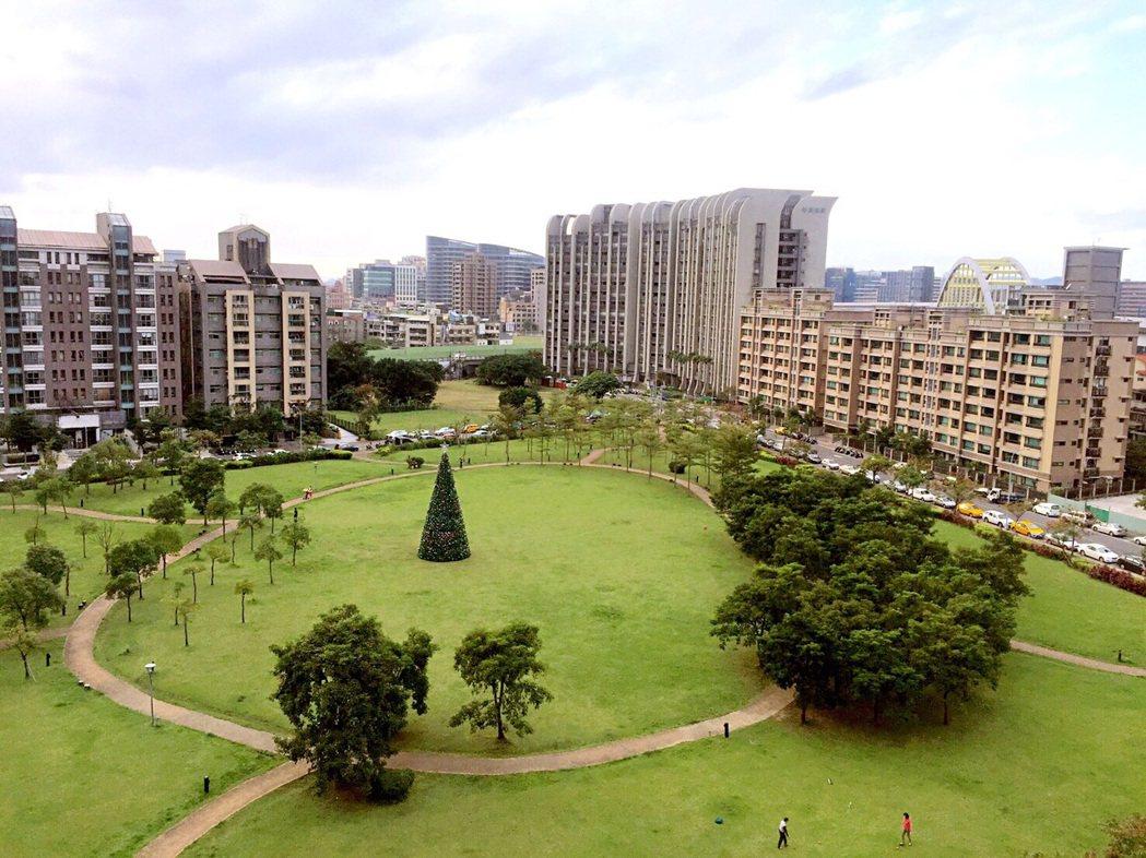 鄰居的素質、周邊區域的市容風貌等「軟性條件」都已經是民眾進階的購屋重要指標之一。...