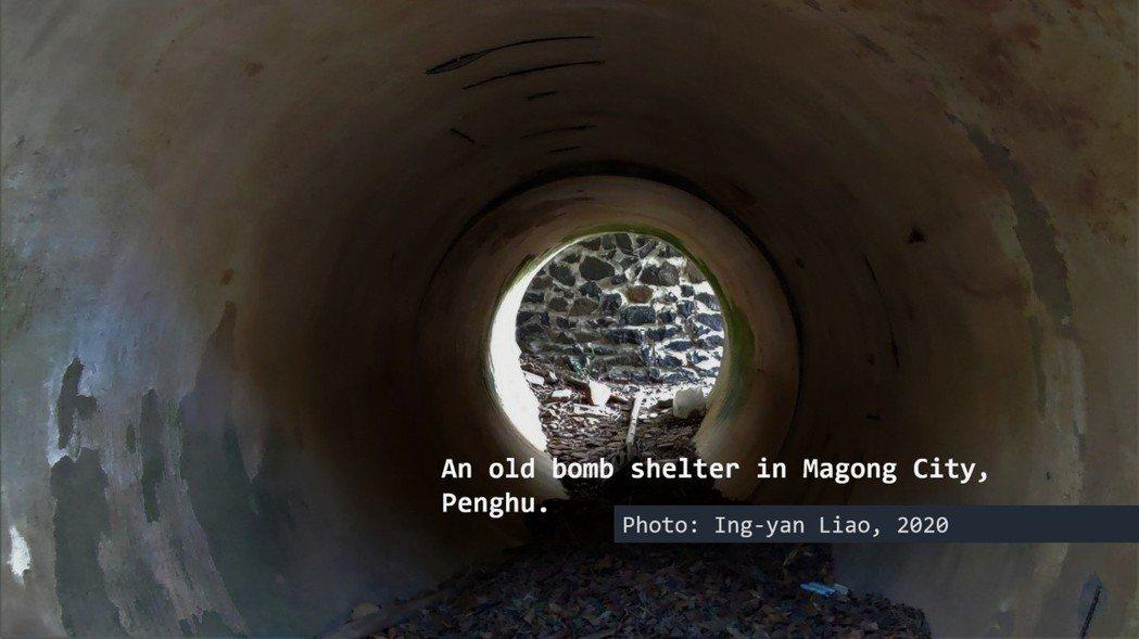 在同盟國反攻日本的空襲下,「覕空襲」成為太平洋戰爭末期臺澎居民共同的記憶。圖為澎湖公賣局北側的防空壕,內為混凝土圓管,外側砌石,兩側出入口外有防爆子牆。 圖/廖英雁