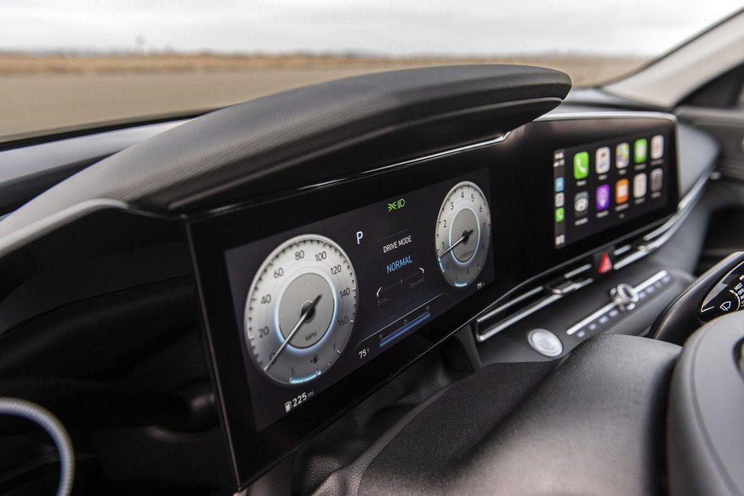 美規Hyundai Elantra高階車型中搭載雙10.25吋數位儀表與中控觸控...