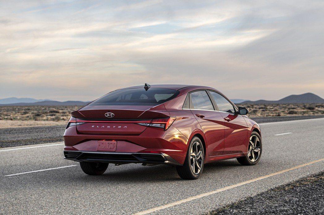 美規Hyundai Elantra入門車型搭載2.0升MPi自然進氣引擎,搭配S...
