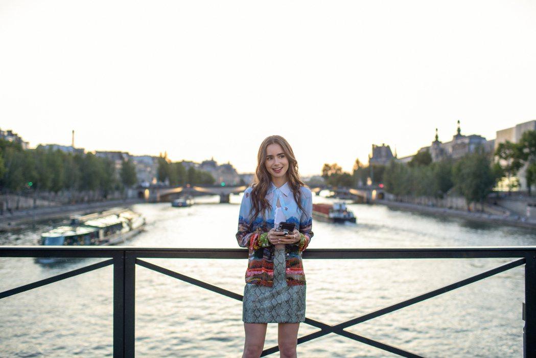 莉莉柯林斯主演美劇「艾蜜莉在巴黎」人氣暴漲。圖/Netflix提供