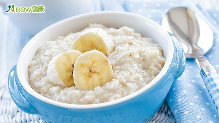 ▲每天喝燕麥可降低體內壞的膽固醇,且燕麥含有豐富膳食纖維,想減肥的民眾可以多多食...