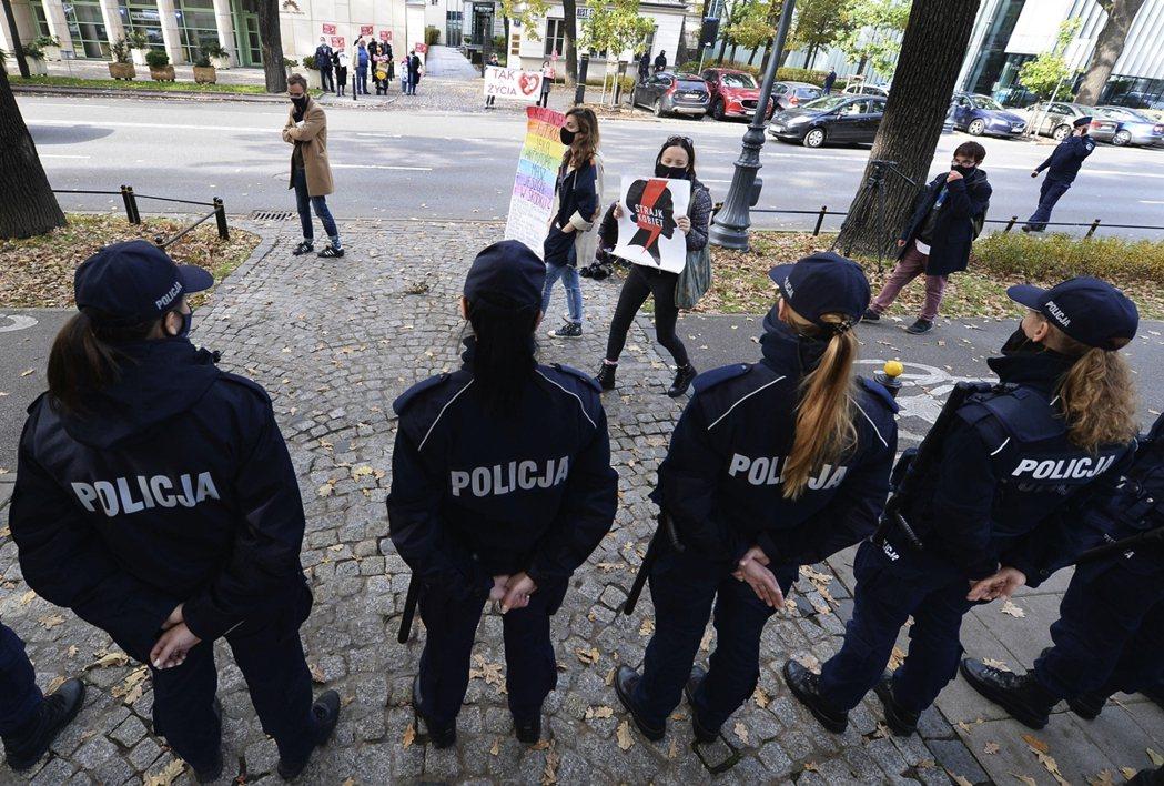 2019年,波蘭全年總共1,100起「合法人工流產」的登記案例裡,有1,074起...