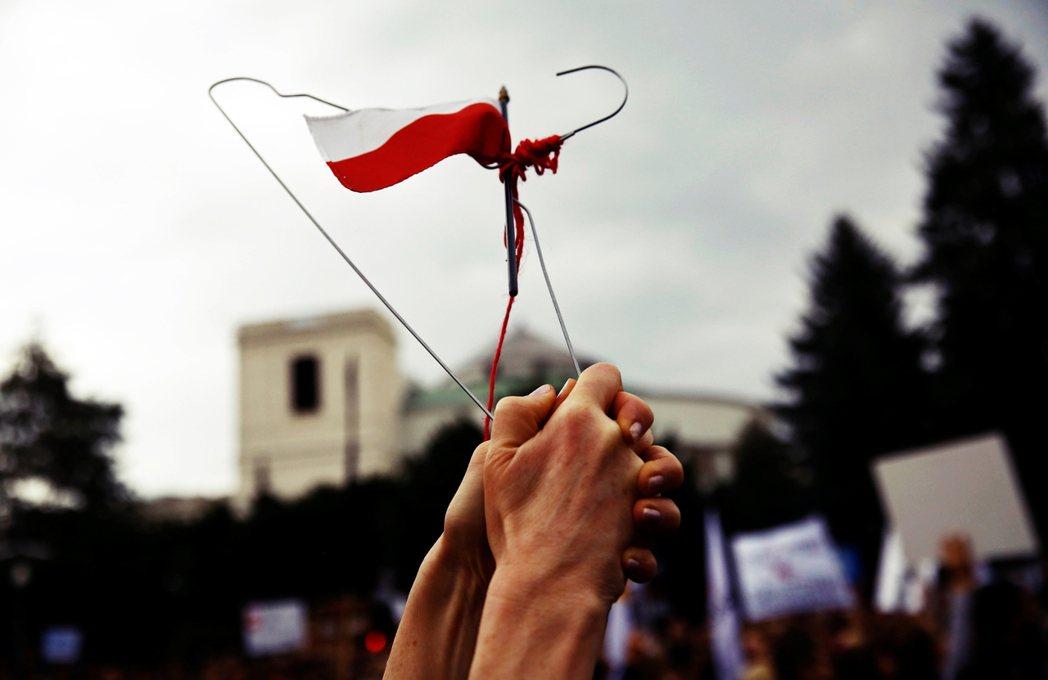 「衣架」是波蘭女性墮胎權抗爭的象徵物件,因為醫療資源不對婦女開放,「殘酷的選擇,...