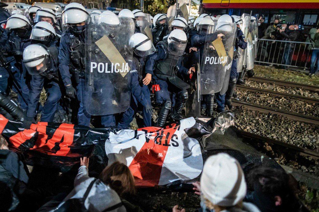 釋憲結果出爐後,在華沙等地都有不少群眾抗爭,甚至遭到催淚噴霧鎮壓。 圖/法新社