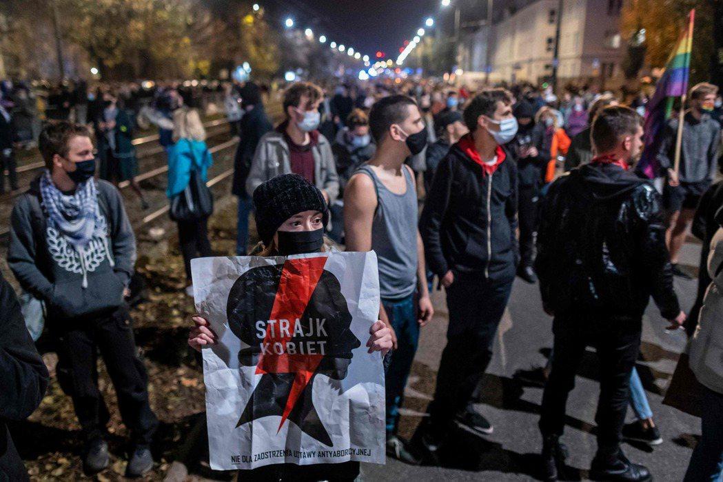 疫情期間,波蘭政府也藉此譴責上街的自由派,認為抗爭將成為「國家防疫的破口」。 圖...