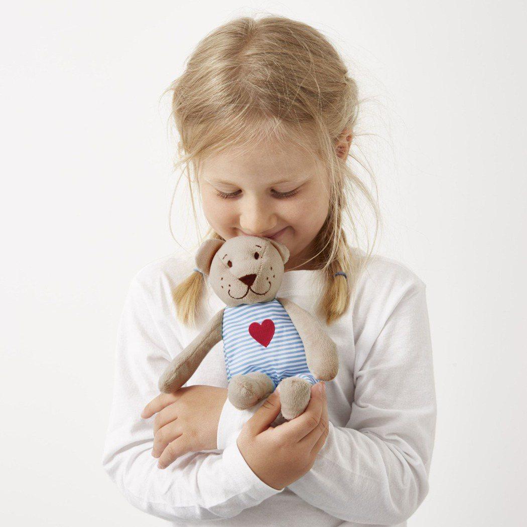 光是小小一隻「FABLER BJÖRN泰迪熊」就經過百項檢測,包括唾液澱粉酶測試...